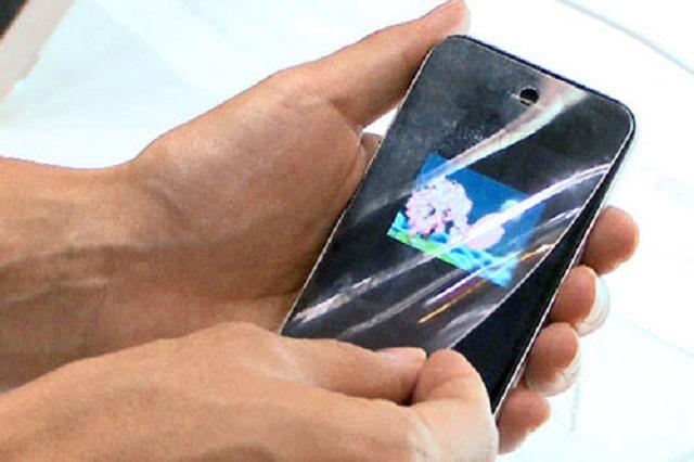Di chuyển ngón tay dưới màn hình để bóc cường lực
