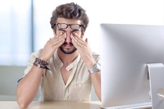 Sự mệt mỏi khiến mắt trái giật liên tục